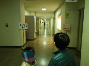 楽屋口入ってすぐ・・廊下が続きます。(抜けると第1・2ホールのおきゃさんの入口です)