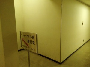 右手に看板&階段が。これを上ります。