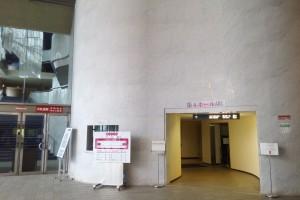 第1ホールの受付(当日券販売等に使われる)の右側にトンネルのような通路が・・